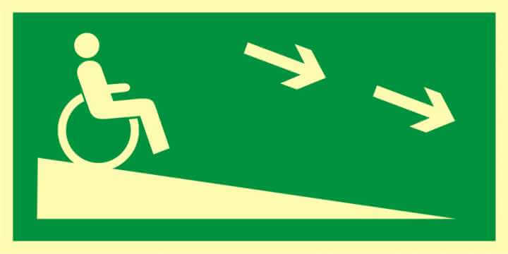 Znak ewakuacyjny Zjazd ewakuacyjny na niższą kondygnację dla niepełnosprawnych w prawo