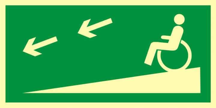 Znak ewakuacyjny Zjazd ewakuacyjny na niższą kondygnację dla niepełnosprawnych w lewo